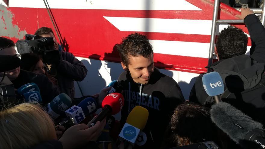 El patrón del pesquero, Pascual Durá, atiende a los periodistas.