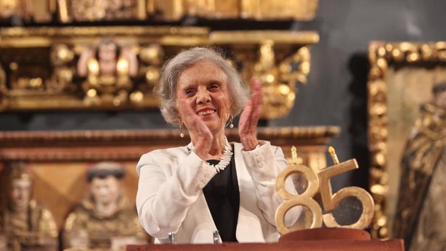 """Poniatowska recibe Presea Sor Juana por su """"capacidad para escuchar"""""""