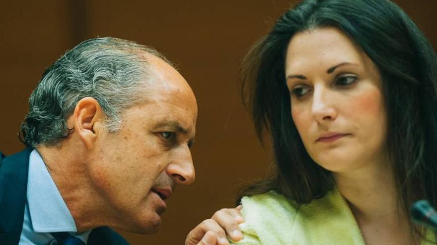 El expresidente de la Generalitat, Francisco Camps, junto a la diputada de Compromís, Marian Campello