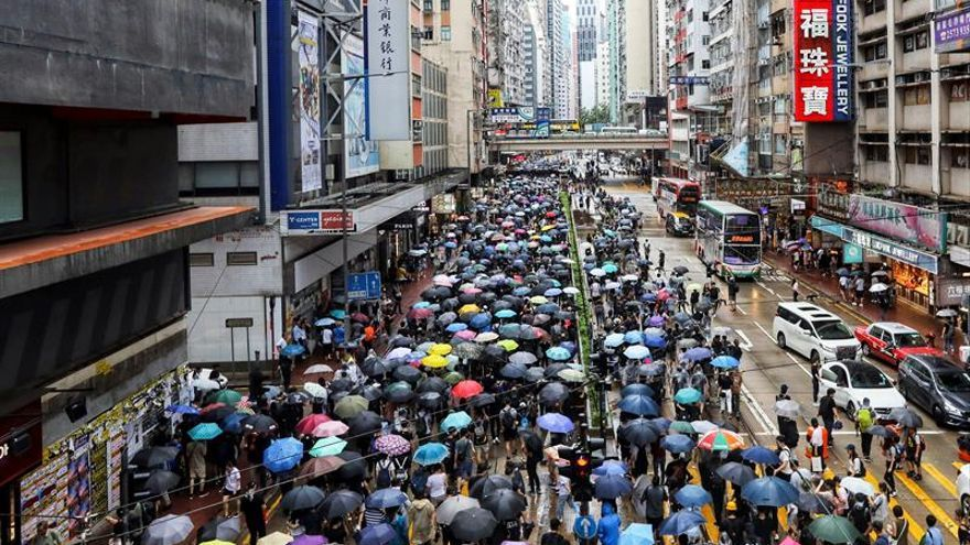 La lluvia y la prohibición policial no evitan una nueva marcha masiva en Hong Kong