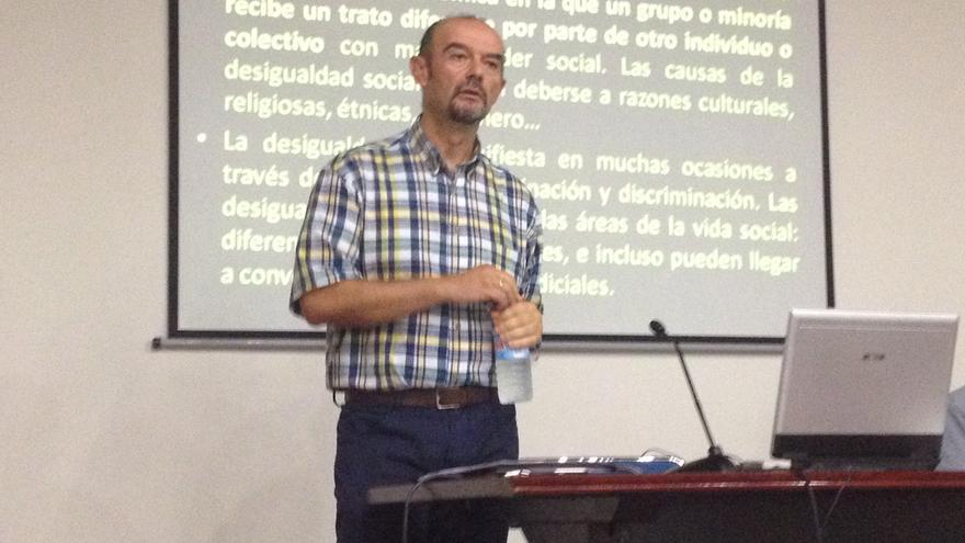 El profesor José Antonio Pérez, en un momento de la conferencia en Bilbao.
