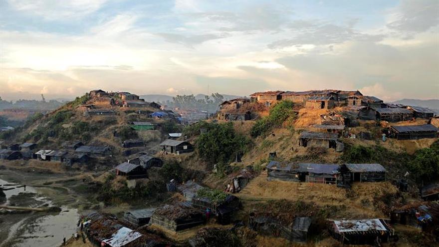 Miles de rohinyás esperan cerca del río Naf para pasar a Bangladesh
