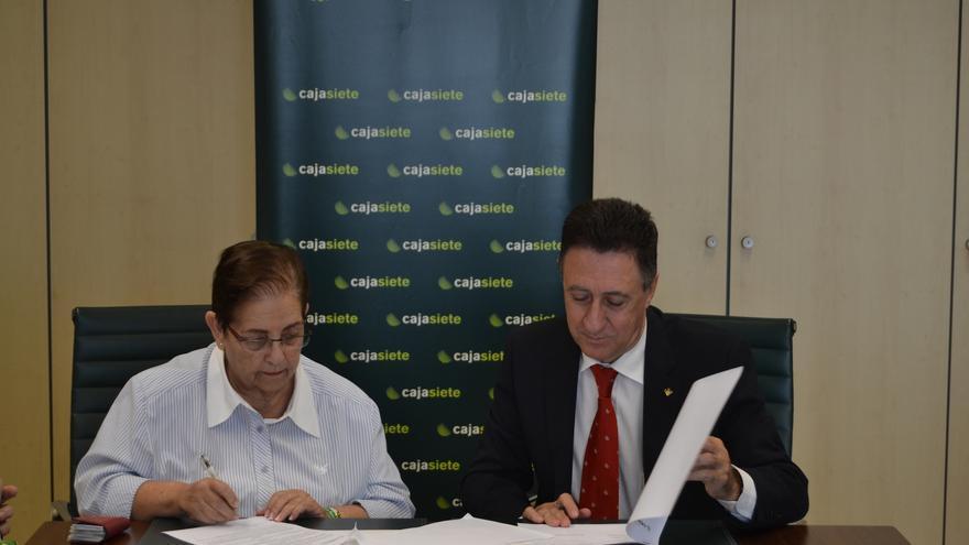 Carmen Dolores de la Casas y Fernando Berge en la firma del convenio.