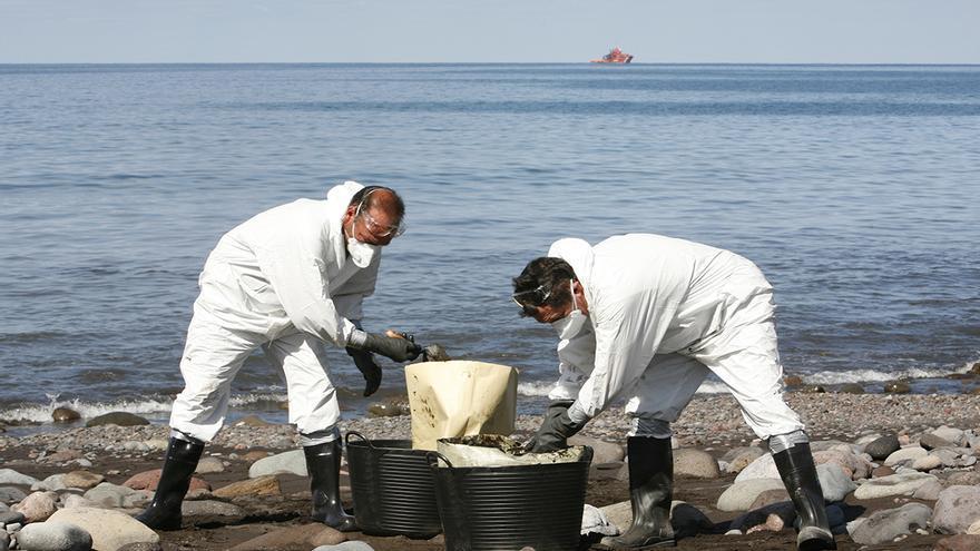 Recogida de fuel en la playa de Veneguera.( Alejandro Ramos)