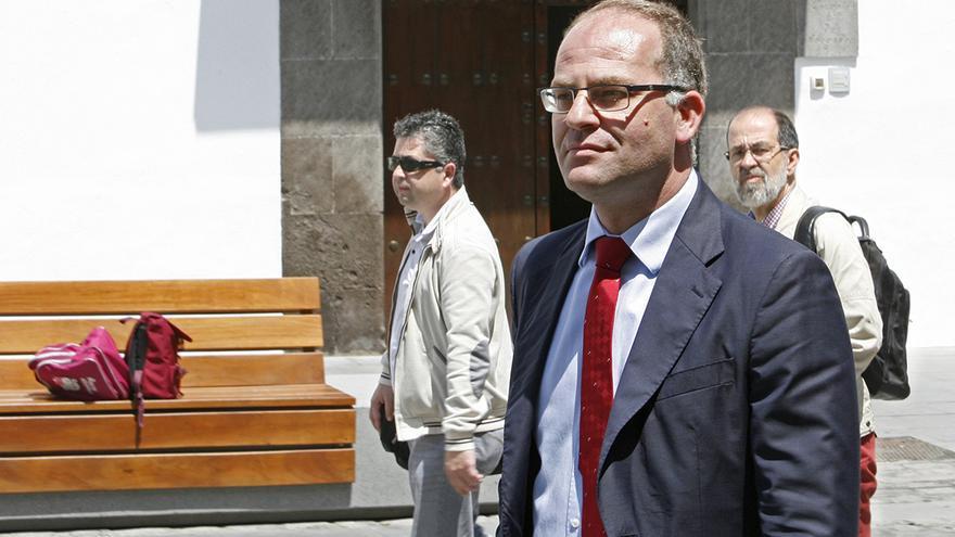 El juez César Romero Pamparacuatro a la salida del Tribunal Superior de Justicia de Canarias. Foto: Alejandro Ramos