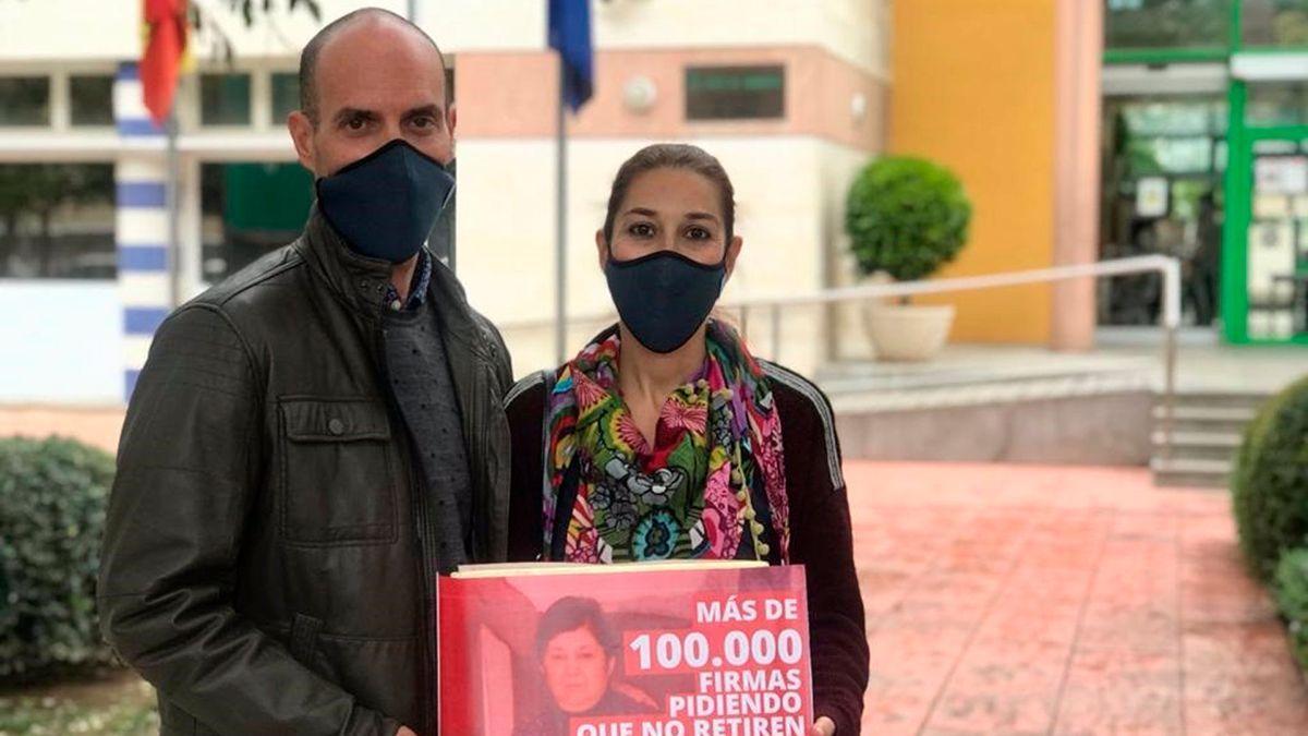 Entrega de firmas en apoyo a Teresa Muñoz, que sufre esclerosis múltiple.