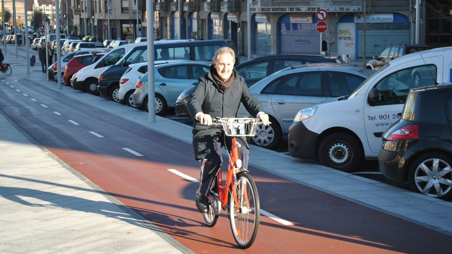 El teniente alcalde de Bilbao, el socialista Alfonso Gil, se desplaza a diario en bicicleta por la villa.