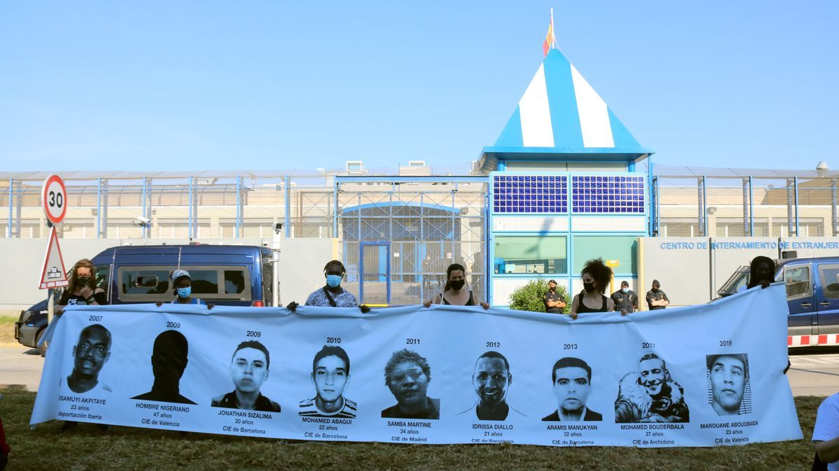 Manifestantes frente al CIE de Zona Franca, este sábado.