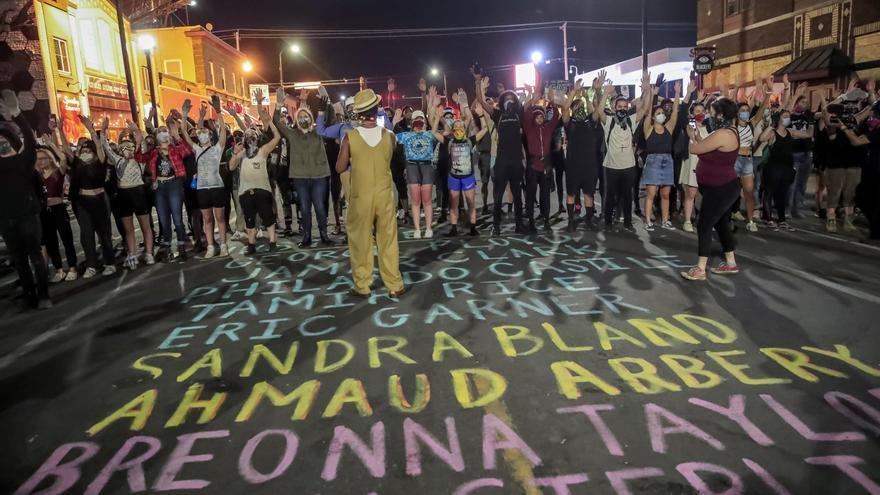 Un grupo de personas participa en una protesta después del toque de queda cerca del lugar donde fue arrestado George Floyd en Minneapolis, el pasado 1 de junio de 2020