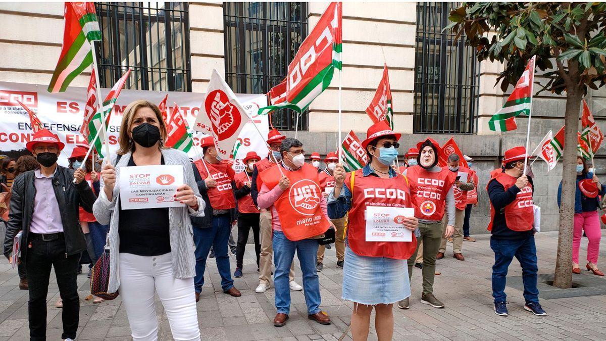 Protesta de los sindicatos ante Correos.