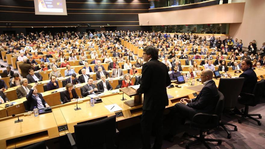 Carles Puigdemont ante el auditorio del Parlamento Europeo