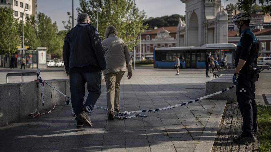 Una pareja saliendo de Madrid Río por indicaciones de la policía ya que se encuentra cerrado.