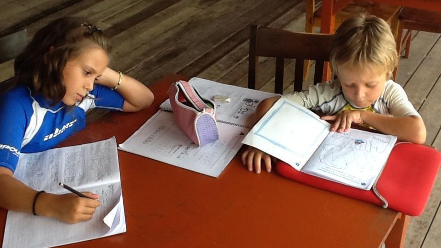 Los niños de la familia makutera estudiando.