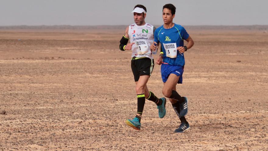 Lehsen Sidahmed, ganador del Sahara Marathon 2018, junto a Jon Salvador (©Diego Muñoz).