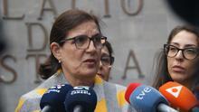 Teresa Laborda, la demandante, atiende a los medios tras la celebración del juicio contra el Obispado y la hermandad