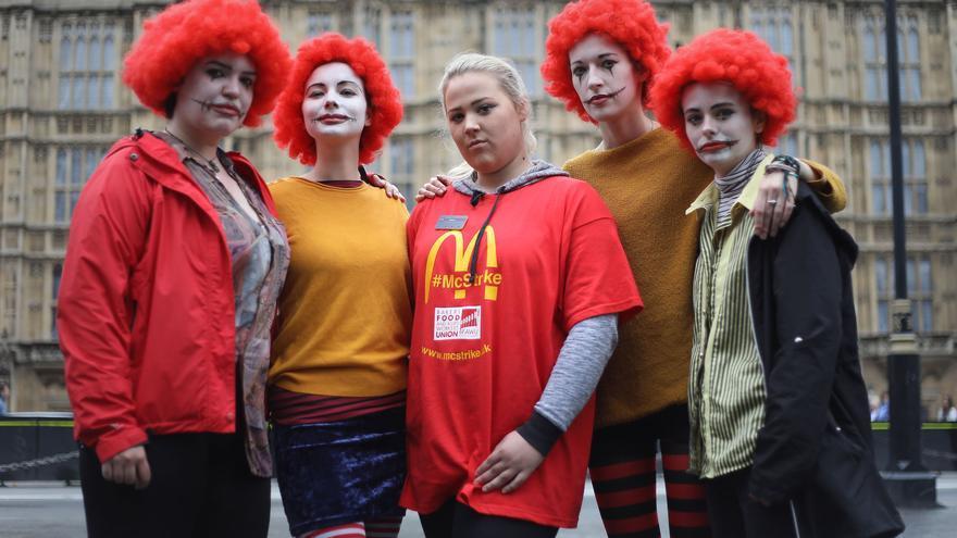 Jess Bower, centro, se manifiesta durante la huelga del 4 de septiembre en un restaurante de McDonalds en Crayford, al sureste de Londres.