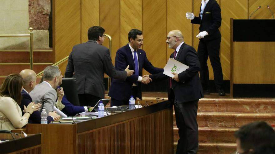 El presidente de la Junta, Juan Manuel Moreno (PP), y el vicepresidente Juan Marín (Cs), agradecen al portavoz de Vox, Alejandro Hernández, la retirada de la enmienda.
