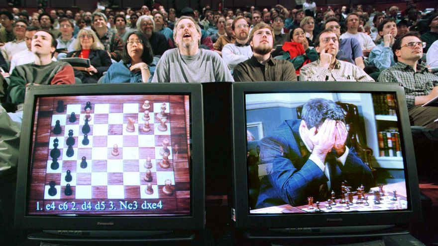 Gary Kasparov vs. Deep Blue, una de las primeras máquinas que ganó al hombre en un juego de estrategia