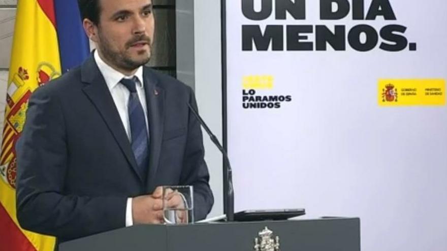 Captura de la señal institucional del ministro de Consumo Alberto Garzón, durante la rueda de prensa hoy miércoles en el Palacio de la Moncloa en Madrid.