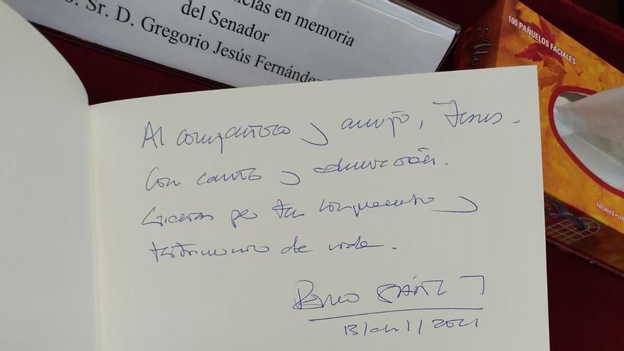 El presidente del Gobierno, Pedro Sánchez, firma en el libro de condolencias del senador recientemente fallecido, Jesús Fernández Vaquero.