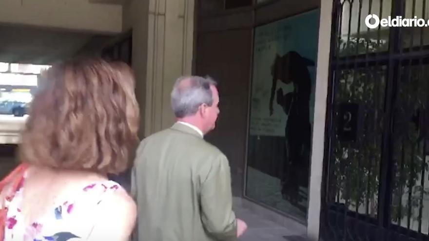El médico forense llega a casa de Cristina Cifuentes para examinar su estado de salud