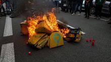 Varias mochilas de Glovo frente a su sede en Barcelona, en la protesta de repartidores por la muerte de un mensajero.