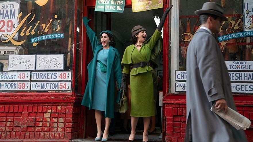 Rachel Brosnahan y Marin Hinkle en 'La maravillosa Sra. Maisel'