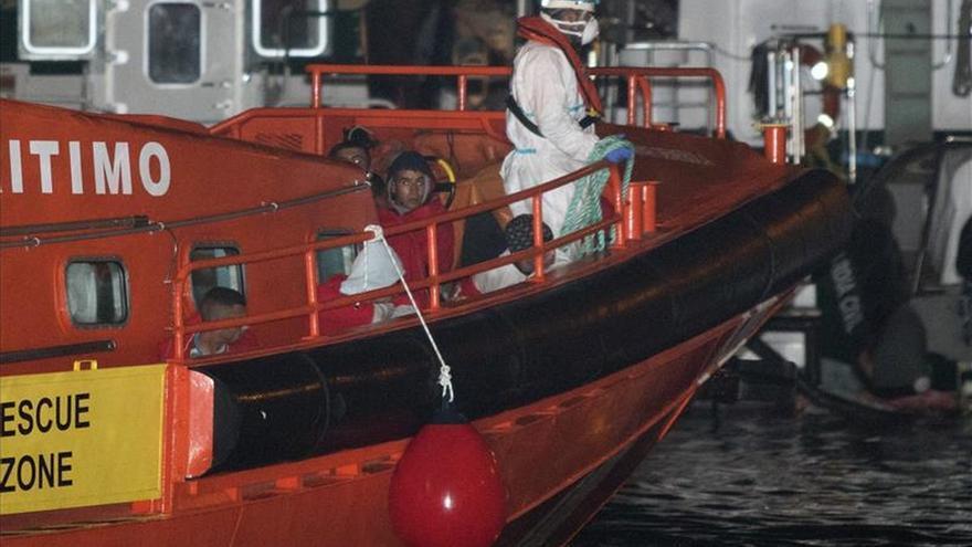 Buscan una patera con unos 25 inmigrantes en el mar de Alborán