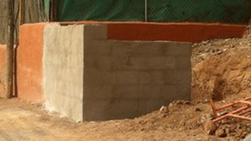 El muro que impide el paso vecinal. (N.S.)