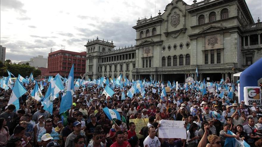 Manifestantes se reúnen frente al Palacio Nacional de Cultura, en Ciudad de Guatemala (Guatemala). / Efe.