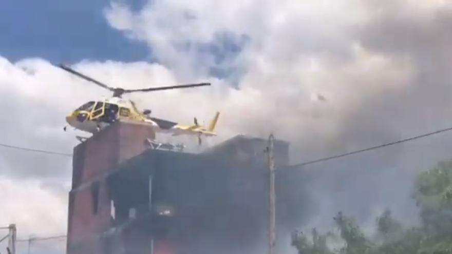 Rescate en helicóptero de algunas de las personas que se encontraban resguardadas en la parte alta del inmueble incendiado en Es Viver.