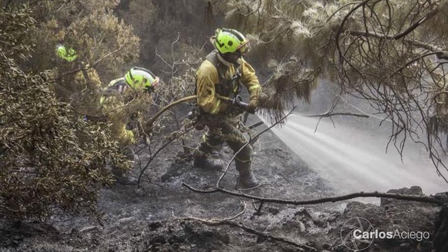 En la imagen, efectivos de la BRIF de Puntagorda en un incendio. Foto: CARLOS ACIEGO
