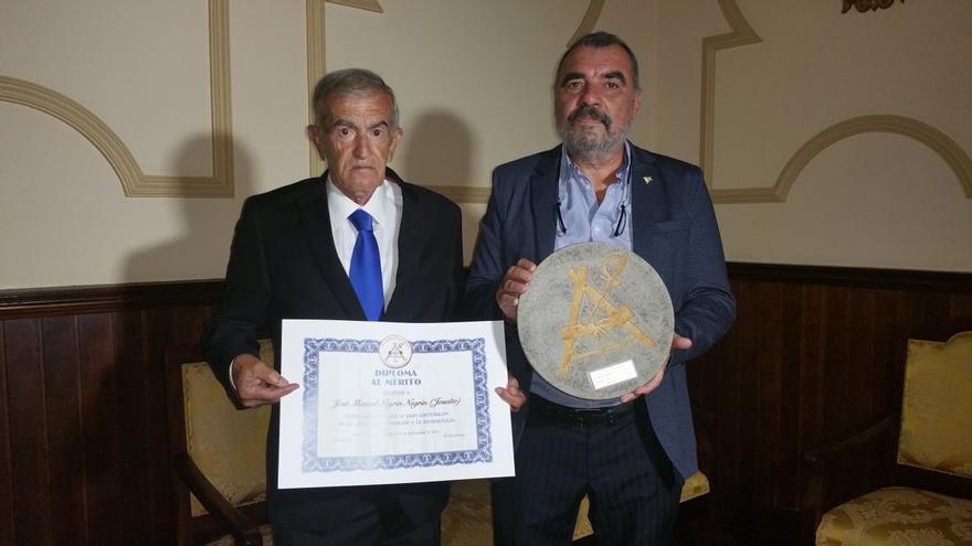 Joseíto (i) recibió el diploma de manos de Manuel Lorenzo. Foto: LUZ RODRÍGUEZ.