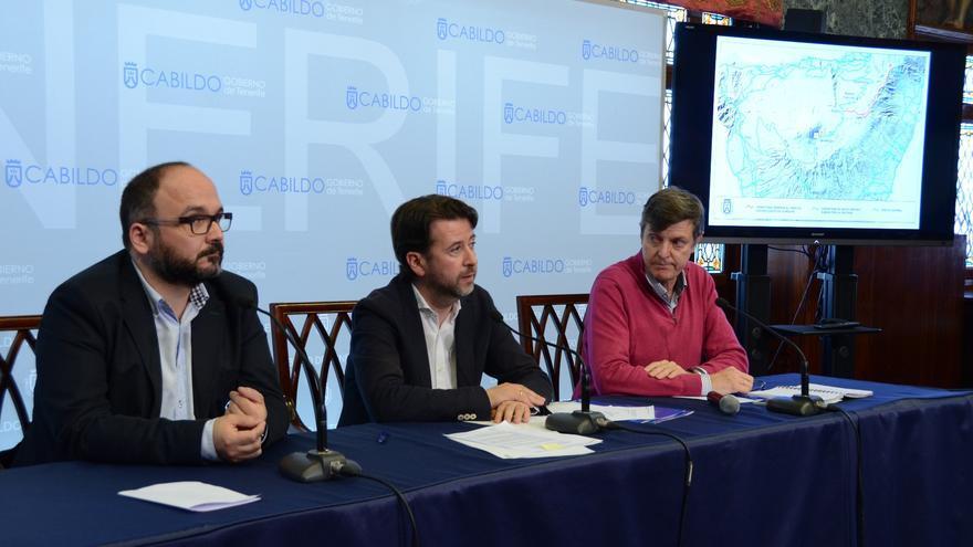 José Antonio Valbuena (izquierda), consejero insular del PSOE en el gabinete de Carlos Alonso (en el centro, de CC), en una imagen de archivo