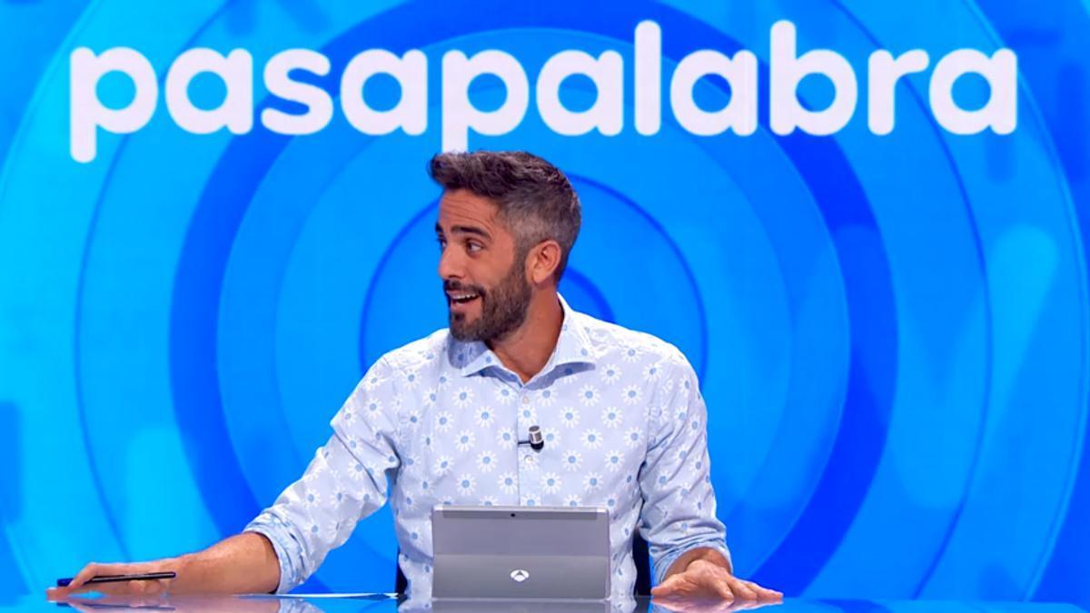 Roberto Leal dirigiéndose al equipo de 'Pasapalabra'