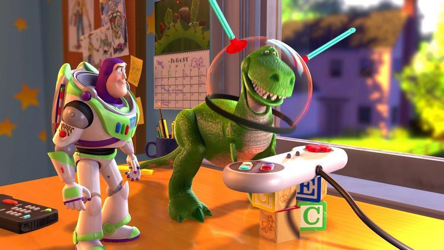 Rex y Buzz Lightyear, de Toy Story, juegan en casa
