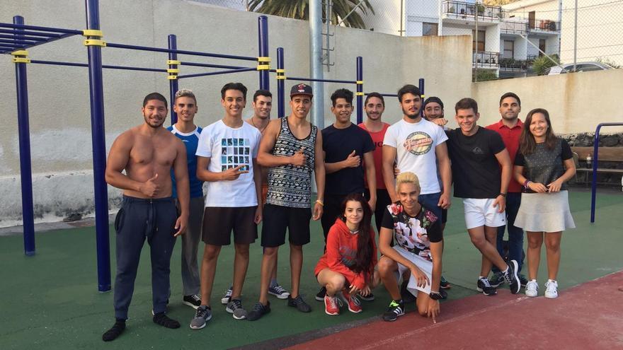 Un grupo de jóvenes junto a los concejales de Deportes y Juventud del Ayuntamiento aridanense.