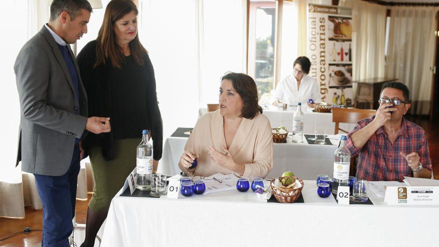 Narvay Quintero y Belén Allende, en la cata oficial de aceites de oliva convocada en el Parador de El Hierro