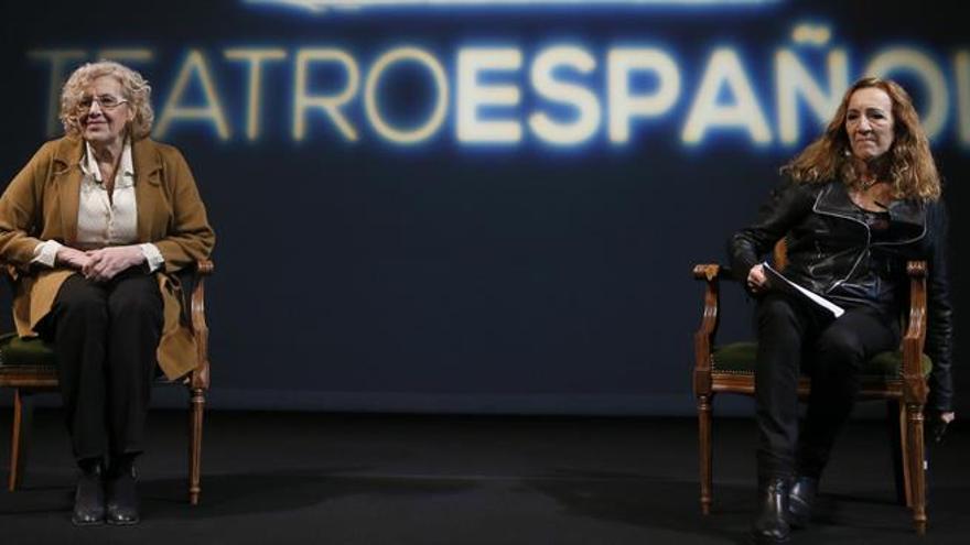 La alcaldesa Manuela Carmena con la directora del teatro Español.