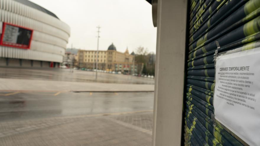 La explanada de las inmediaciones del estadio de San Mamés (Bilbao) desierta por las restricciones del Gobierno.