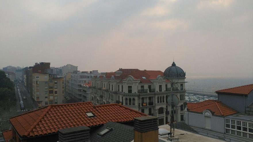 El humo de los incendios se ha dejado notar en el centro de Santander. | RUBÉN ALONSO