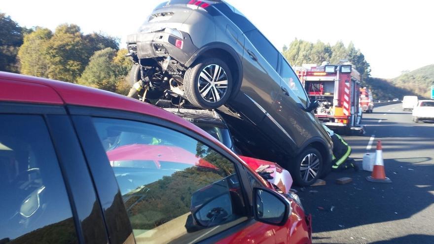 Una colisión de tres vehículos en la A-8 a la altura de Laredo deja una herida leve y casi 8 km de retenciones