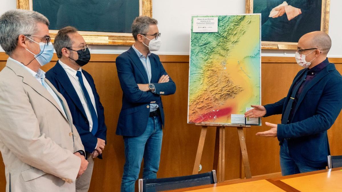 El conseller de Política Territorial, Arcadi España, durante la presentación del mapa sísmico valenciano.