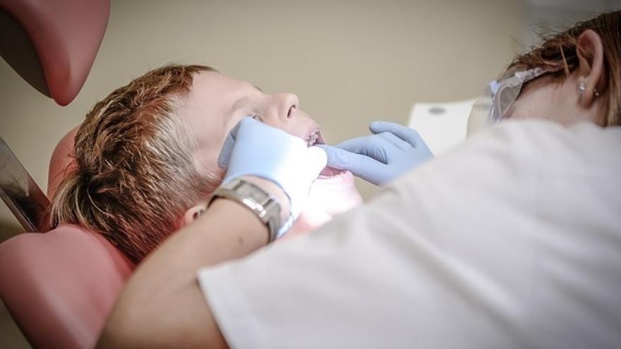 Colau inicia los trámites para crear un servicio municipal de dentistas a precios reducidos
