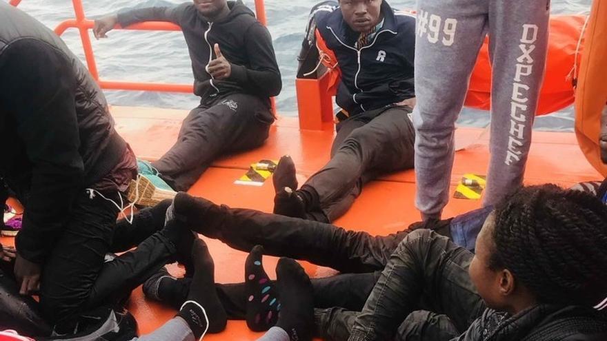 Más de 200 migrantes rescatados en el Estrecho pasan la noche en un barco de Salvamento sin sitio de acogida