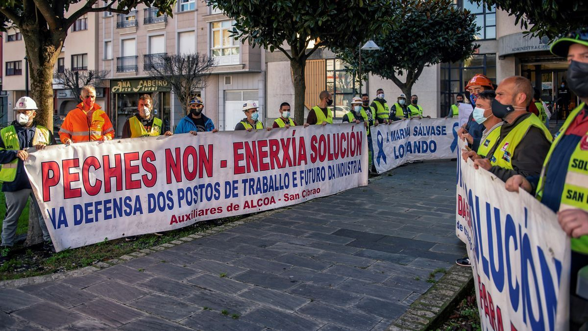 Trabajadores de Alcoa San Cibrao (Lugo), convocados por el comité de empresa, durante un acto simbólico en la Delegación de Hacienda en Foz.