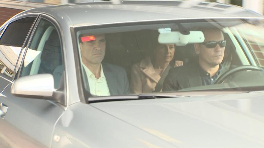Forcadell, en el asiento de atrás, del coche en el que abandonó la cárcel, este viernes.
