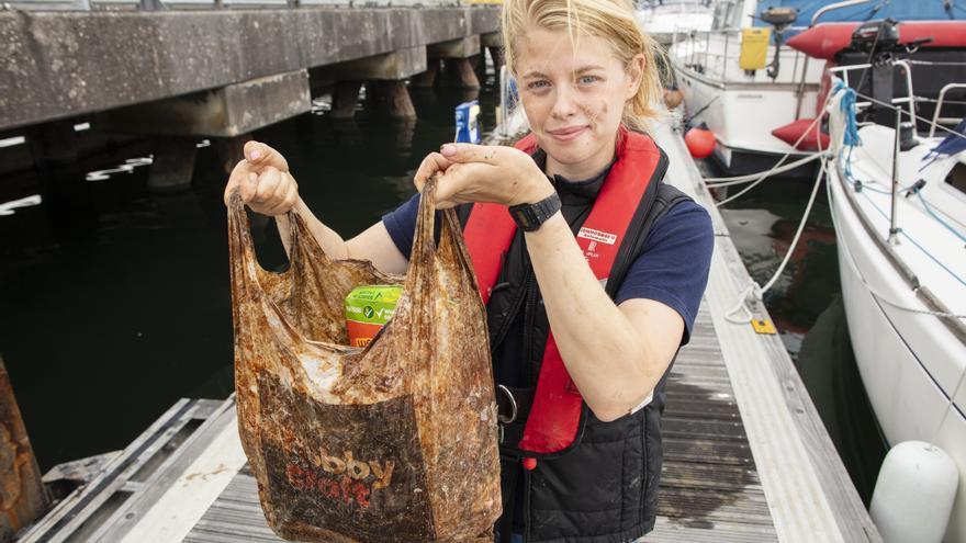 La investigadora Imogen Napper muestra cómo la bolsa biodegradable puede seguir usándose para llevar la compra tras tres años en el mar.