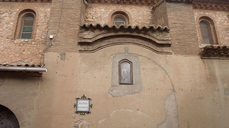 La placa está en la fachada principal de la iglesia San Miguel Arcangel