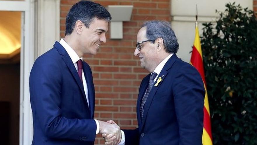 El presidente del Gobierno, Pedro Sánchez, saluda al president de la Generalitat, Quim Torra, a su llegada a la Moncloa